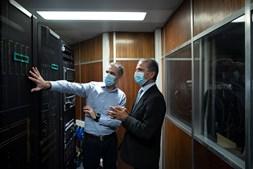 Presidente do Tribunal de Contas (à direita) visita o centro nevrálgico do novo sistema de informação que controla os gastos de milhares de entidades públicas