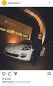 Alberto Cabral posa ao lado de um Porsche Panamera
