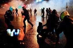 Paris 'em chamas' durante confrontos entre manifestantes e polícia devido a projeto-lei polémico. Veja as imagens