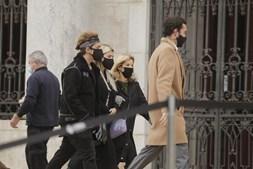 Bárbara Bandeira e Kasha chegam ao velório de Sara Carreira