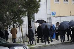 Família Carreira chega ao velório de Sara