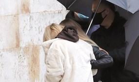 A mãe de Sara, Fernanda Antunes, de branco, amparada pela nora, Laura Figueiredo