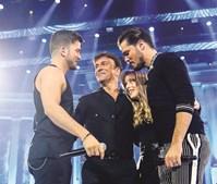 Sara Carreira com o pai e os irmãos David e Mickael na MEO Arena, no concerto dos 30 anos de Tony