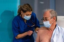 António Sarmento, diretor do Serviço de Doenças Infecciosas, foi o primeiro vacinado contra a Covid-19, no Hospital de São João
