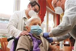 Edith Kwoizalla, 101 anos, foi a primeira a ser vacinada na Alemanha
