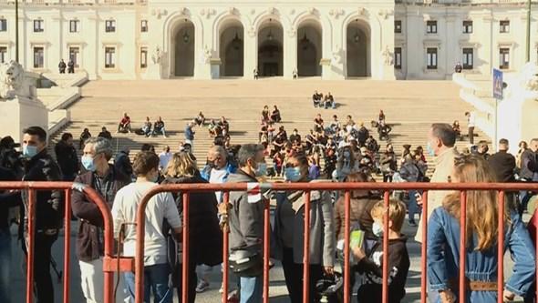 Multidão junta-se a empresários da restauração em greve de fome há cinco dias. Veja as imagens