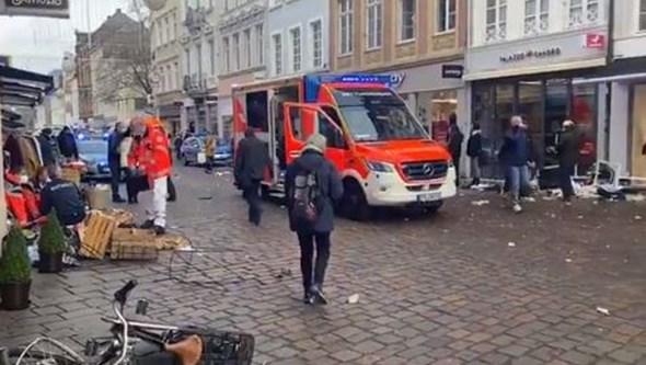 Carro atropela várias pessoas em zona pedonal na Alemanha. Condutor detido