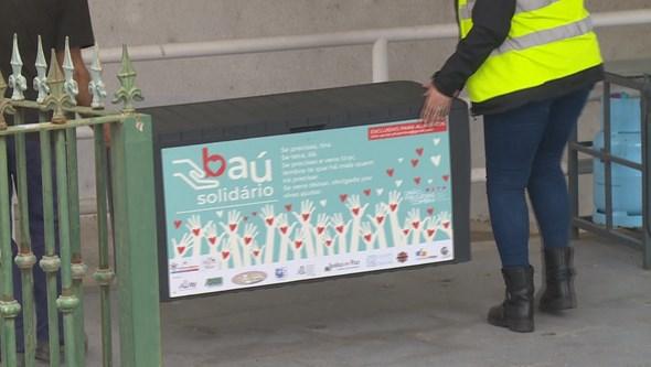 """""""Se precisas tiras, se tens dás"""": Movimento 'Baú solidário' implementado em Coimbra"""