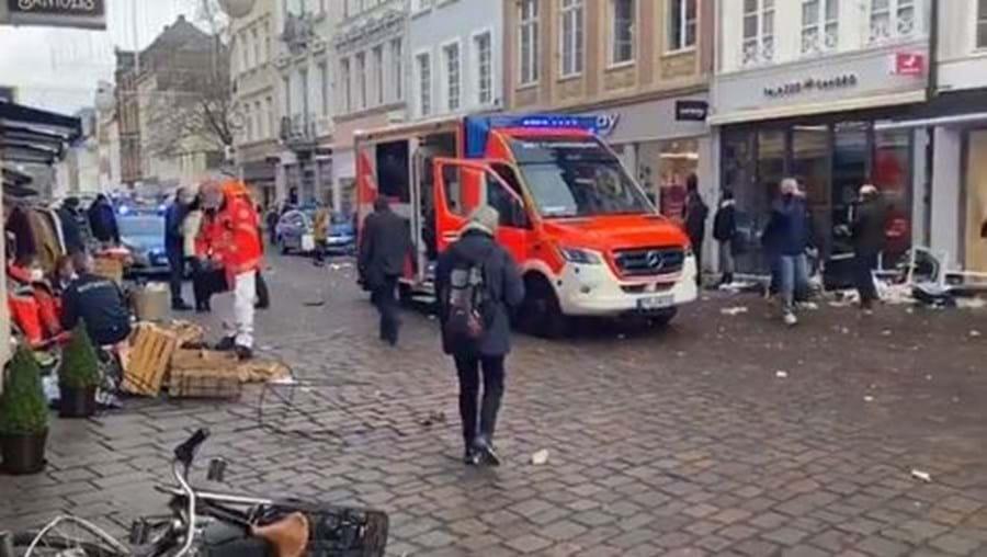 Carro atropela várias pessoas em zona pedonal na Alemanha