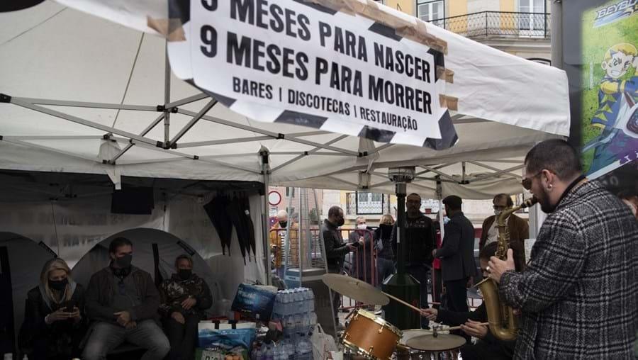 Manifestantes estão em greve de fome em frente à Assembleia da República