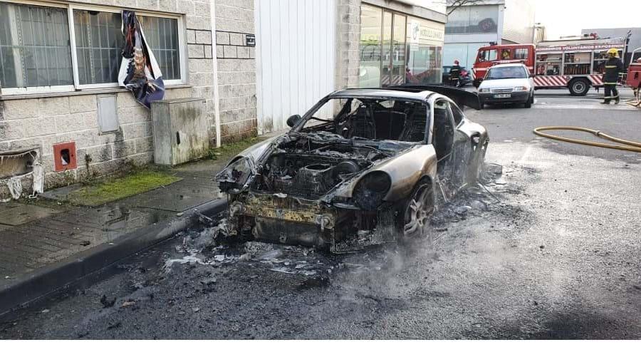 Chamas consomem Porsche em Esposende