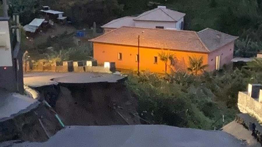 Colapso da estrada provocou uma cratera gigante