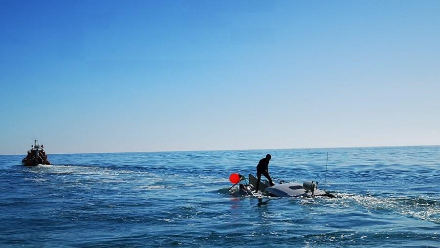 Tripulantes sobrevivem a naufrágio ao largo da Praia da Luz