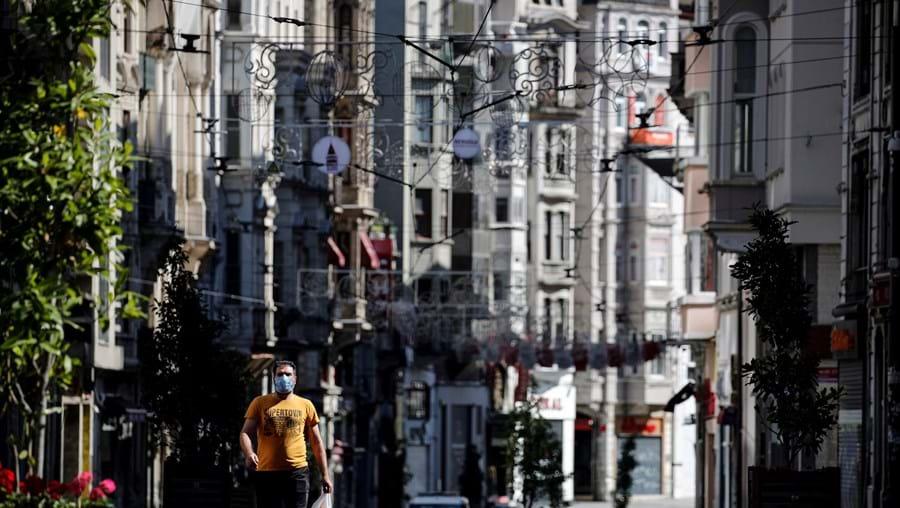 Popular utiliza máscara numa rua na capital turca