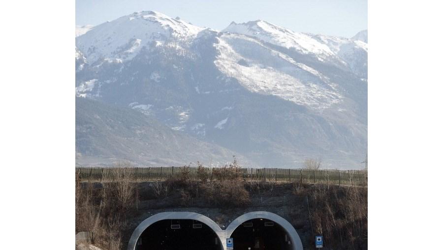Autoestradaem Riddes, no cantão de Valais, na Suíça