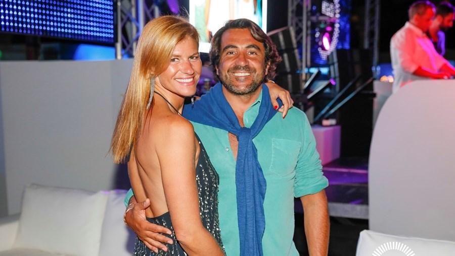 O empresário Nuno Santana, dono da NIU e do Grupo Praia, com a mulher, a ex-relações públicas Marta Wahnon
