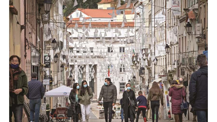 Pessoas na rua durante pandemia, em Coimbra