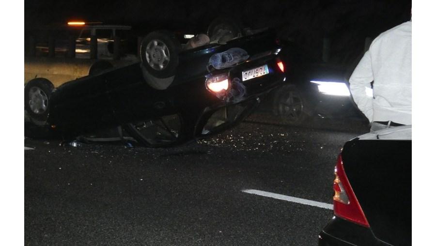 Colisão entre dois carros e autocarro provoca dois feridos e congestiona trânsito na A1 entre Pior Velho e Santa Iria da Azóia