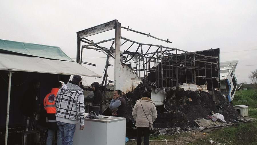 Camião-vivenda ficou totalmente destruído. Família vai pernoitar em rulote