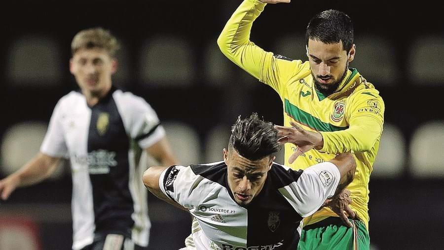 Amine, do Farense, tenta controlar a bola perante a pressão de Bruno Costa