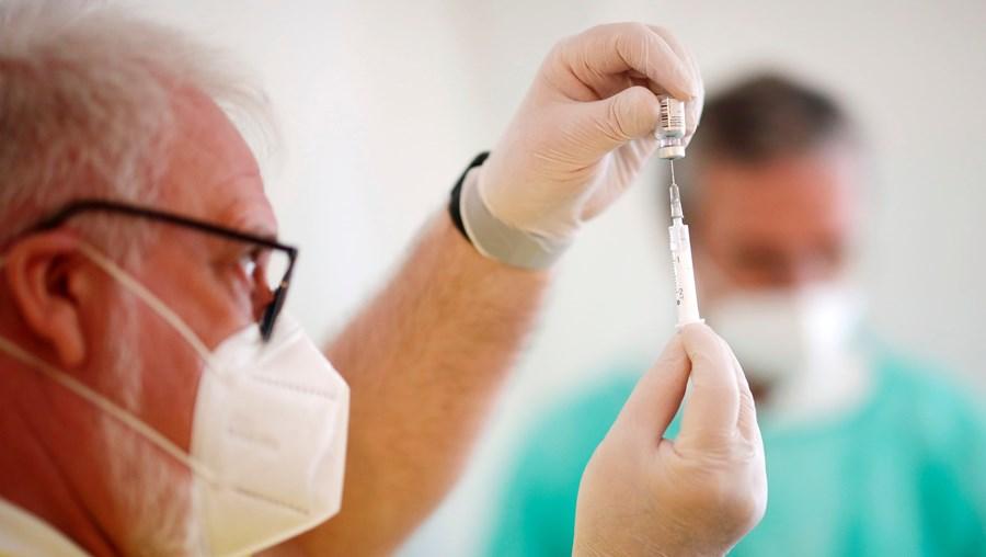 Vacinação contra a Covid-19 já arrancou em vários países europeus