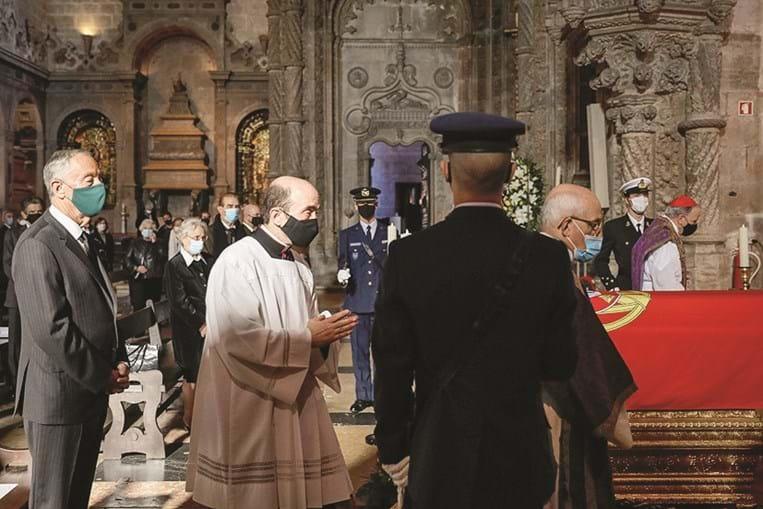 Marcelo Rebelo de Sousa na missa celebrada pelos cardeais D. Tolentino Mendonça (à direita) e D. Manuel Clemente (ao fundo à direita)