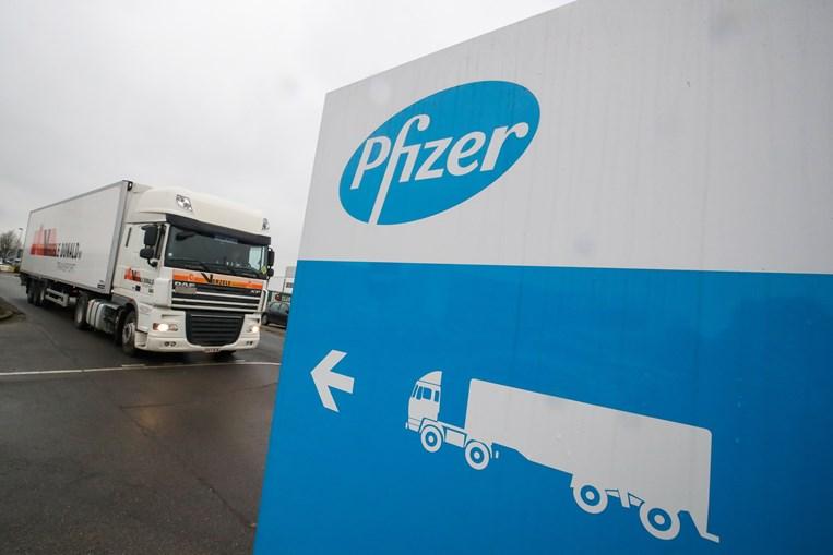 Camião frigorífico sai da fábrica da Pfizer, em Puuurs, na Bélgica, rumo ao Reino Unido