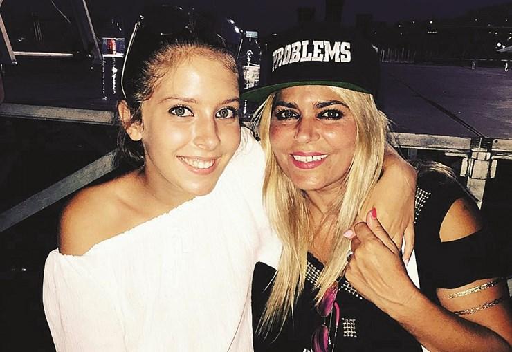 Sara vivia com a mãe, Fernanda Antunes, que se dedicava à carreira da  jovem. As duas eram muito  unidas