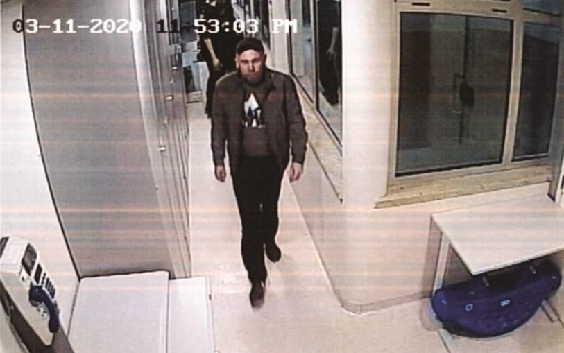 Ihor Homeniuk aparece, nesta última imagem, com vida, a aproximar-se da sala onde foi espancado até à morte