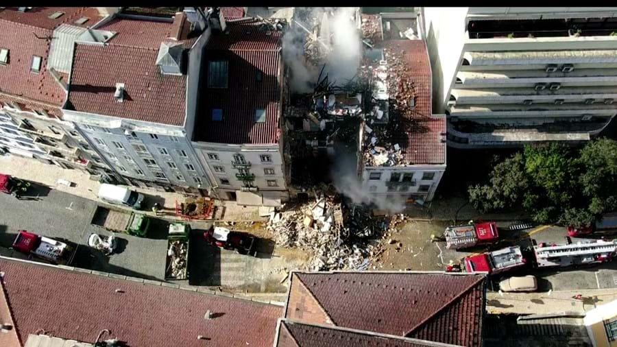 Explosão seguida de incêndio provocou o colapso do prédio na rua de Santa Marta, em Lisboa, no domingo