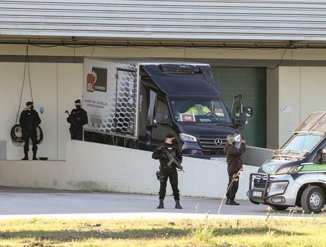 Militares fortemente armados e até a cavalo acompanharam ontem todo o processo de chegada das vacinas a armazém de Montemor-o-Velho