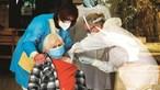 Lares portugueses com surtos ativos de Covid-19 vão ser vacinados em semana e meia