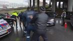 Condutor que fugiu à polícia e quase atropelou agentes da PSP no Porto fica em prisão domiciliária