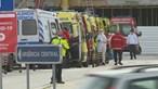 Fila de ambulâncias espera para deixar doentes no Hospital de Santa Maria em Lisboa. Veja as imagens