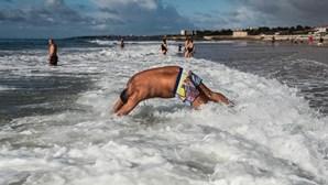 Primeiro banho de 2021 em Carcavelos a desejar um ano sem Covid-19