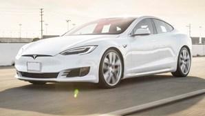 Homem apanhado a 150 km/h num Tesla com modo 'piloto-automático' enquanto dormia