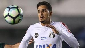 Jogador brasileiro Lucas Veríssimo assina pelo Benfica