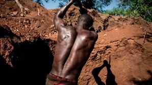 Mineiro enfrenta quase sete quilómetros de fila no regresso à África do Sul, sem comida ou água