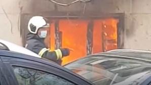 Fogo fere idosa de 85 anos na Amadora e deixa-a desalojada