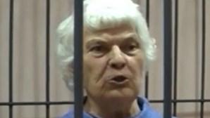 """Avó assassina que cozinhava corpos das vítimas """"para fazer petiscos"""" morre com Covid-19 antes do julgamento"""