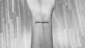 """Bárbara Bandeira faz tatuagem em homenagem a Sara Carreira: """"Para sempre"""""""