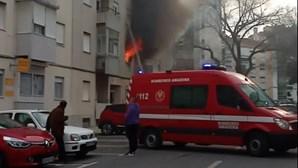 Incêndio destrói apartamento na Amadora e vizinhos salvam idosa que morava no local. Veja as imagens