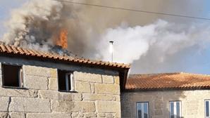 Fogo desaloja família em Famalicão
