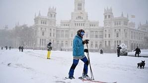 Esqui e snowboard nas ruas de Espanha devido a tempestade de neve