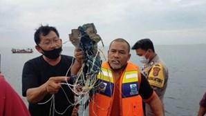 Avião cai ao mar na Indonésia com 62 pessoas a bordo, incluindo sete crianças e três bebés