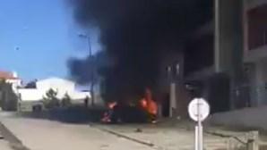 Incêndio destrói dois carros nas Caldas da Rainha. Veja as imagens