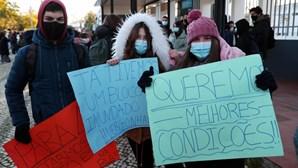 """""""Sala gelada, cabeça parada"""": Alunos de Serpa protestam por falta de condições nas salas de aula"""