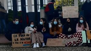 Alunos protestam pelo fim do frio nas salas de aula em Portugal