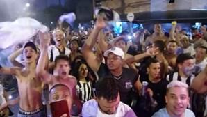 Adeptos do Santos em festa após clube garantir lugar na final da Taça Libertadores