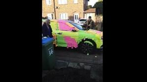 Vizinhos colam centenas de 'post-its' em carro mal estacionado. Veja a imagem